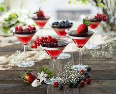 Gele i flaggets farger: Begynn med jorbærgele, hell i glassene, avkjøl og la stivne i kjøleskapet. Lag så panna cotta (dropp safranen i denne oppskriften) og hell over jordbærgeleen. La stivne i kjøleskapet. Avslutt med blåbærgele. Her er det brukt blåbærsaft med gelatinplater. Hvor mange plater gelatin pr dl væske står på gelatinpakken. Pynt med bær til slutt.