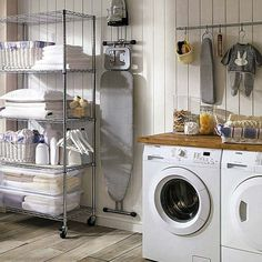 Lavado y plancha son dos tareas inevitables en una casa. Si quieres realizarlas con comodidad, inspírate en estas soluciones para equipar un cuarto -o un pequeño rincón- para la colada. ¡Te harán la...