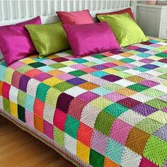 This Pin was discovered by SukCrochet granny squares, color on the diagonal.I havent idea how this blanket knitted but i love it bcs wonderfull isn't it? if you know, how this blanket knitted please tell me . Crochet Bedspread, Crochet Quilt, Crochet Cushions, Crochet Blocks, Crochet Pillow, Crochet Home, Granny Square Crochet Pattern, Crochet Squares, Crochet Blanket Patterns