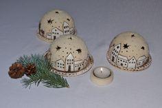 Svícen-zimní městečko Svícen s talířkem na čajovou svíčku z keramické hlíny. Velikost: průměr polokoule cca 10,5 cm  průměr talířku cca 12cm Cena je za 1 sadu. Jednotlivé kusy se liší v detailech.