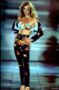 Cindy Crawford ficou conhecida na década de 1990 por seu cabelos volumosos e seu sinal perto dos lábios