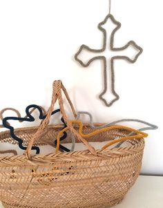 croix-en-crochet. pour un coin prière au top. A retrouver sur le concept store chrétien Catho Rétro www.cathoretro.com.
