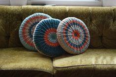 Resultados da Pesquisa de imagens do Google para http://www.ispacedesign.com/wp-content/uploads/2011/12/pillow-retro-multicolor-knit-cover-vintage-couch-sofa-seating-living-room-home-decor.jpg