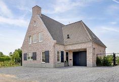 Wanneer u kiest voor villa De Smidtsche, dan kiest u voor landelijk wonen. Het dakschild, de wolfseinden en de dakkapel geven de villa een zachte...