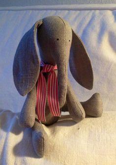 Handmade Linen Elephant - handgemachter und genähter Elefant aus Leinen und Baumwolle.