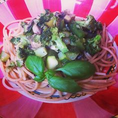 Vegetarische spaghetti met groene groenten in pesto gewokt / Chowie