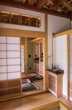 Do you want to have a hint of modern aura to your house? Then checkout these Modern Japanese Interior Design concepts For Houses! Japanese Tiny House, Traditional Japanese House, Japanese Door, Japanese Site, Japanese Apron, Modern Japanese Interior, Japanese Interior Design, Modern Japanese Architecture, Japanese Modern