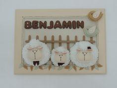 Quadrinho porta maternidade com linda família de ovelhinhas. <br>Fofa demais!!! <br>Há como alterar cores. <br>Medida aproximada: 36X26cm