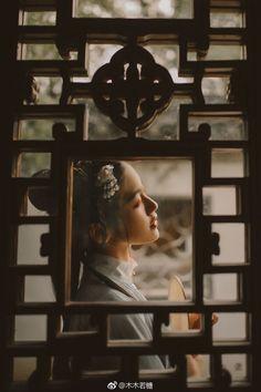 Đoạn đường tiễn biệt đầy những cỏ thơm, tơ liễu mơn mởn bên cạnh trường đình,  Tuổi trẻ dễ dàng bỏ người lại mà đi.  Tiếng chuông trên lầu cao làm tỉnh khỏi giấc mộng, đã sang canh năm rồi. Dưới hoa, cơn mưa tháng ba gợi lại nỗi sầu ly biệt.... trích Ngọc lâu xuân - Xuân hận _Án Thù - Tống_ Chinese Traditional Costume, Traditional Art, Chinese Style, Chinese Art, Ghost Bride, Cherry Blossom Girl, Asian Love, Ancient Beauty, Cosplay Tutorial