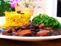 Feijoada vegetariana. Arroz com curry, couve, farofa, feijão preto com ingredientes vegetarianos, que delícia!
