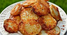 Crispy Crunchy Parmesan Potatoes – These oven baked potatoes are perfect for a side or even just a snack. Ingredients cup finely grated Parmesan cheese with a sand consistency (don't use shredded or Microplaned Parmesan cheese) Crispy Parmesan Potatoes, Sliced Potatoes, Roasted Potatoes, Baby Potatoes, Crack Potatoes, Yukon Potatoes, Yellow Potatoes, Cheese Potatoes, Vegetarian