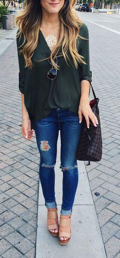 Estilo e glamour juntos pode e pode muito , calça destroyed e blusa larguinha decote em v , peças simples porém com os acessórios certos é uma ótima pedida 《pinterest: @Lariifreitas 》