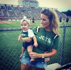 Jessie James decker -Cute little Viv wearing my favorite arrow headband while watching her daddy play football! Jessie James Decker Hair, Eric And Jessie Decker, Jesse James Decker, Eric & Jessie, Eric Decker, Jane Goodall, Jessica James, Jessica Rose, Mom Daughter