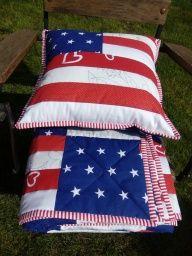 Patchwork  lehká deka, přehoz - přikrývka na jedno lůžko 200 x 140 cm, pravý patchwork + povlak na polštář jako doplněk 40 x 40 cm v motivu USA. Materiál vysrážená bavlna, výplň duté rouno. Strojové prošití podtrhuje vzor. Zadní strana deky modrá s hvězdami ... Patchworkový povlak na polštářek, top podložený rounem, prošitý opět do vzoru. Rubový díl se zapínáním na knoflík. Výborně ladí k dece :-) Set pozvedne a zútulní pokoj nebo podtrhne atmosféru pikniku...🏖️ Doporučuji jemné praní na… Tree Skirts, Christmas Tree, Quilts, Blanket, Holiday Decor, Home Decor, Scrappy Quilts, Teal Christmas Tree, Decoration Home