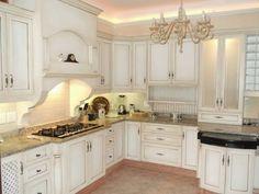 cuisine chic et de nombreuses armoires blanches minables fière allure