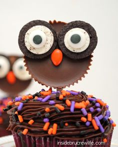 Reese's Owls - these cute owl cupcake toppers are made from Reese's peanut butter cups and Oreo cookies. Perfect edible craft that even the kids can do. by tommie Owl Cupcakes, Yummy Cupcakes, Cupcake Cakes, Cupcake Toppers, Fruit Cakes, Spider Cupcakes, Pumpkin Cupcakes, Halloween Desserts, Halloween Cupcakes