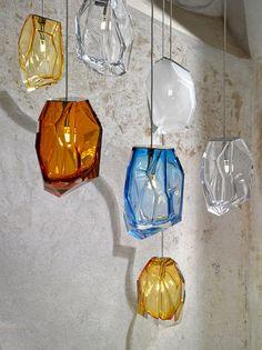 Pestrobarevné kusy skleněných skal. To jsou svítidla Crystal Rock, které představil designér Aric Levy; Lasvit