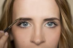 Step by step on shaping your eyebrows