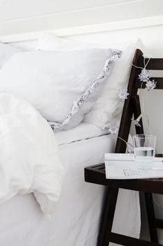 love the ruffle on the pillow