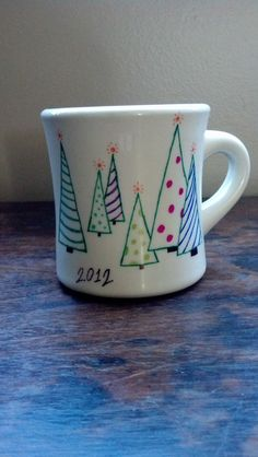 My take on Sharpie coffee Cups . - My take on Sharpie coffee Cups Mehr Diy Christmas Mugs, Christmas Plates, Christmas Coffee, Homemade Christmas Gifts, Family Christmas, Sharpie Plates, Sharpie Paint Pens, Sharpies, Mug Crafts