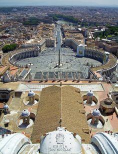 Vista de la Plaza de San Pedro desde el tambor de la Cúpula de San Pedro del Vaticano, Roma, Italia #Arquitectura