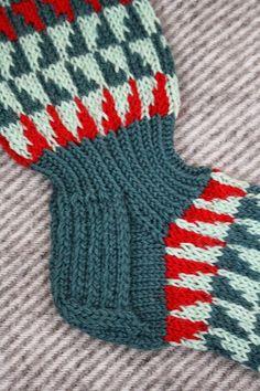 Pesä puussa: Sukka, joka ei venyisi ja putoaisi saappaaseen... Bunt, Knit Crochet, Winter Hats, Socks, Wool Hats, Knitting Ideas, Scarfs, Knitting Socks, Eggs