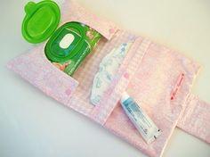Para facilitar o transporte das fraldas dos bebês, a dica é produzir um artesanato bem bonito e muito funcional: a bolsa porta-fralda. - Veja mais em: http://www.vilamulher.com.br/artesanato/passo-a-passo/bolsa-porta-fralda-aprenda-a-fazer-m0416-718725.html?pinterest-destaque                                                                                                                                                                                 Mais