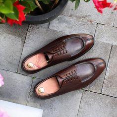 Skolyx.se | Split toe derby in dark brown grain leather....