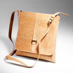 Prachtige handtas van kurk! Kijk op onze website met webshop voor meer info: www.puurkurk.nl