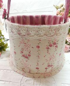 Cesta de Tecido Organizadora <br> <br>Cesta feita em tecido 100% algodão e linho, estruturada com manta acrílica, com rendas decorativas e flores, com bolsos internos. <br> <br>Cesta mede aprox: 30 cm diâmetro x 20 cm alt x 20 cm alças <br> <br>Fazemos a cesta em tamanhos e cores diferentes! <br>Para a utilidade que você precisar, consulte! <br> <br>Para você organizar tudo!!! <br>Sugestão de uso da cesta: <br>Organiza sala, quarto, closet, armários, lavanderias, lavabos, banheiros…