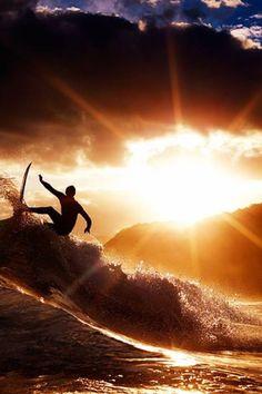 l'art merveilleux d'être au bon endroit au bon moment. éblouissant ! Sunset Surfing