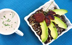 Pour continuer dans la série des salades, aujourd'hui on vous a préparé une salade parfaite pour le midi, pour faire le plein d'énergie: la salade aux lentilles beluga, avocat, chorizo et sa vinai...