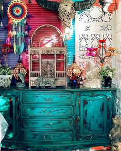 Bohemian Chic done right! This is a beautiful home that is infused with full blown Bohemian decor. The wall colours are especially well-chosen, and we can't get enough! Bohemian House, Bohemian Living, Boho Room, Bohemian Gypsy, I Love Lamp, Art Mural, Art Décor, Eclectic Decor, Cool Rooms