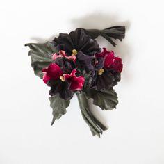 """Брошь из кожи Анютины глазки. Живописное, объемное украшение из 3х раскрытых цветочков анютиных глазок, бутончика, 3х листьев. Все элементы """"посажены"""" на флористическую проволоку"""", поэтому можно придать букетику форму по своему желанию. Можно """"собрать"""" цветочки в пучок, как можно ближе, а можно, наоборот, раздвинуть, повернуть """"головки"""", листики...есть.возможность для экспериментов. #брошь…"""