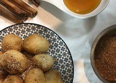 Οι λουκουμάδες είναι το γλύκισμα των παιδικών μας χρόνων. Χρυσαφένιες και τραγανές μπαλίτσες ζύμης που αγκαλιάζονται τρυφερά με καλό μέλι και άρωμα από φρεσκοκαβουρδισμένο σουσάμι και κανέλα, μας ταξιδεύουν στα αρώματα της Πόλης. Pretzel Bites, Bread, Cooking, Recipes, Food, Kitchen, Brot, Essen, Eten