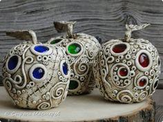 Здравствуйте!!! Яблочки декоративные. Основа папье-маше, сверху лепка из холодного фарфора, вставки стеклышки (марбалсы). Высота 11-13 см. фото 1