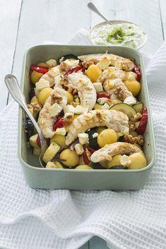 Deze griekse ovenschotel met aardappel, puntpaprika en de nieuwe krieltjes van celavita zet je zo op tafel! Lekker met wat tzatziki en walnoten.