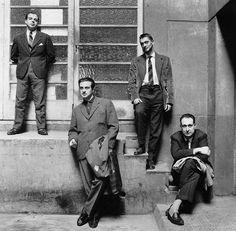 Oriol Maspons - El grupo de Barcelona posa en los viejos talleres de Seis Barral en 1961: Jaime Gil de Biedma, Agustín Goytisolo, Carlos Barral y José María Catellet.
