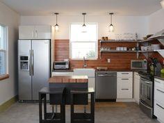 Ajouter une petite tablette de bois au bas de la fenêtre de cuisine pour un rappel des armoires et plus d'espace pour y mettre quelques petits pots...