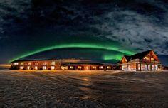La aurora boreal se extiende sobre el hotel Rangá #Islandia