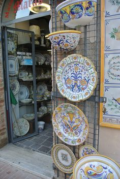 Deruta: The City of Ceramic – The Hitched Hikers Ceramic Plates, Ceramic Pottery, Ceramic Art, Painted Pottery, Italian Art, Italian Style, Umbria Italia, Italian Pottery, Tuscan Decorating