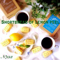 運動会前と言うことで、今日は土曜授業はお休み。 四年生の娘、朝からまたまたキッチンへ。  レモン好きな我が家。 「レモン香るショートブレッド」を作ってくれました。 お砂糖を半量にし、レモンピールを混ぜ込み成型し串で穴を開けて⋅⋅⋅  私は洗い物のみ。   カタチは愛嬌ですが、お味は爽やかで美味しい。 これには、夫も驚き大絶賛〜‼︎  息子の自分へも焼き菓子があるのか心配そうな顔が可愛い。  娘が綺麗にラッピングし「ハイ!これ⚪︎⚪︎のだよ。」と渡し、それを受け取った息子のハニカミ顔と言ったらもうたまらなく可愛い〜。 こんな何気ない子ども達の表情を毎日見られるなんて凄く幸せ。    お茶には、モカマタリの珈琲を合わせました。
