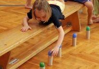 kindergarten ideen turnen - Leuk idee, balletjes verwisselen van kleur of zo.