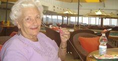 Egy férfi megkérdezte az idős nénit, miért van egyedül ezen a luxus tengerjáró hajós utazáson? A válasz sokkoló volt!
