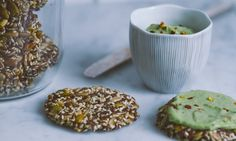 SEEDCRACKERS WITH AVOCADO CREAM