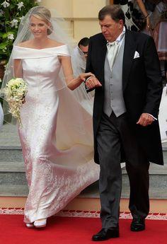 Charlene Wittstock - Para su boda con Alberto de Mónaco, la exnadadora aprovechó las ventajas de su físico y escogió un traje sirena de Armani en color blanco roto que dejaba sus hombros al aire y que estaba decorado con 40.000 cristales de Swarovski.