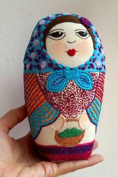 Mabel matrioska de tela pintada y bordada por mi madre, en diseño original de Gineceo.