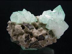 Apophyllite  sur Quartz Poona, Inde Taille=7.3 x 3.8 x 5.2 cm