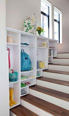 Pour les escaliers qui mèneront au sous-sol, mais avec une pôle pour les manteaux.