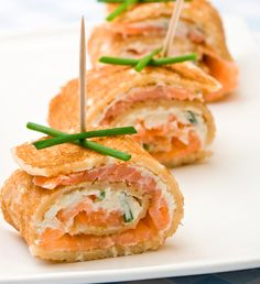 salmon cream cheese with thin sliced avocado and some spinach! Uses Superfoods Salmon and Avocado. Finger Food Appetizers, Finger Foods, Appetizer Recipes, Snack Recipes, Healthy Recipes, Savoury Pancake Recipe, Savory Pancakes, Pancake Recipes, Canapes Catering